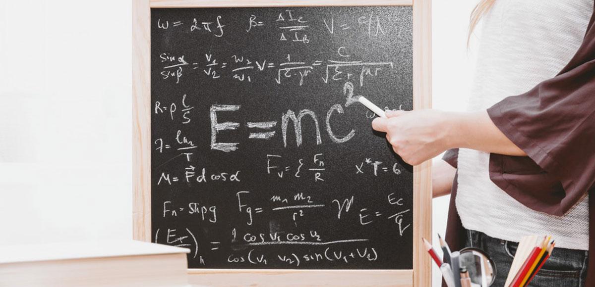 Foto de una maestra explicando una ecuación matemática