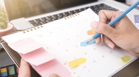 Persona llenando un calendario