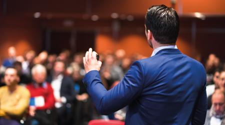 Expositor dando una conferencia a un público asistente