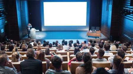 Personas en un auditorio recibiendo una conferencia