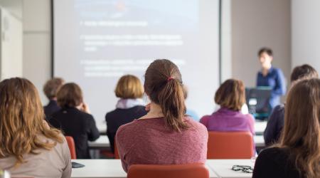 Personas asistiendo a un curso