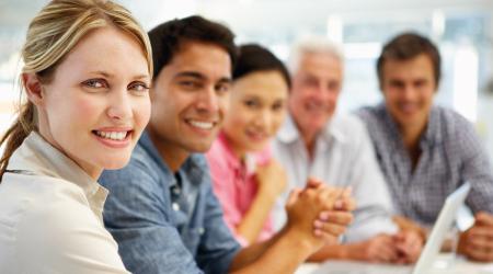 Un grupo de personas reunidas en un aula sonriendo