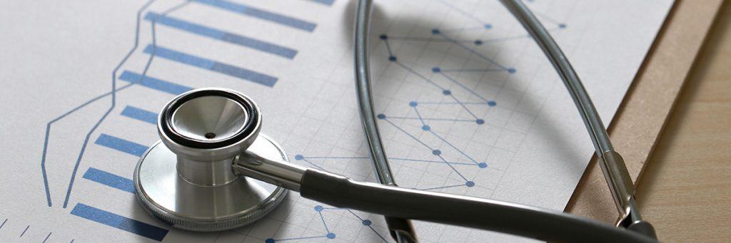 Estetoscopio y hoja de papel con resultados