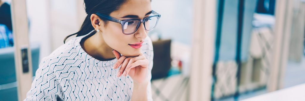 Mujer con gafas, pensativa