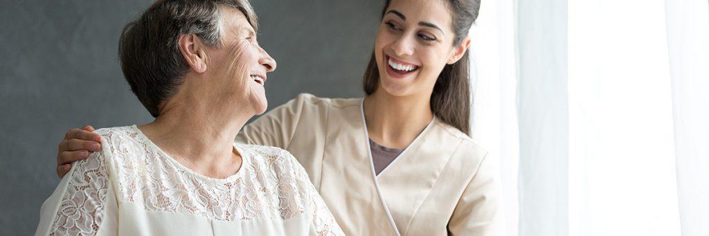 Adulto mayor con una mujer fisioterapeuta