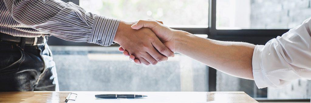 Dos personas estrechando las manos