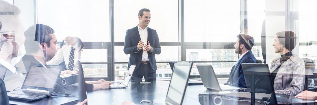 Reunión de ejecutivos, liderado por un hombre