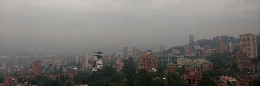 Foto panorámica de la ciudad de Medellín donde se evidencia la contaminación