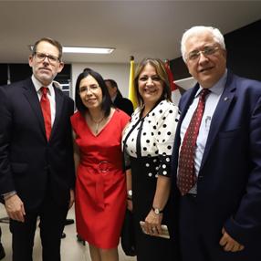 Foto del Rector Jorge Julián Osorio con integrantes del consulado de Perú
