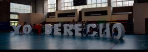Foto de estudiantes y egresados de la Facultad de derecho sobre un cartel de Yo amo Derecho