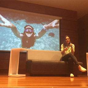Foto de Sofía Gómez, record mundial en apnea en el auditorio de la Universidad CES
