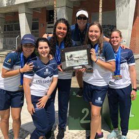 Foto de deportistas de la Universidad CES que esperan el podio en los juegos ASCUN 2019