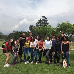 Foto grupal de estudiantes extranjeros en Medellín