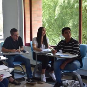 Foto de estudiante mexicano que dejó su ciudad para estudiar Ingeniería Biomédica en el CES
