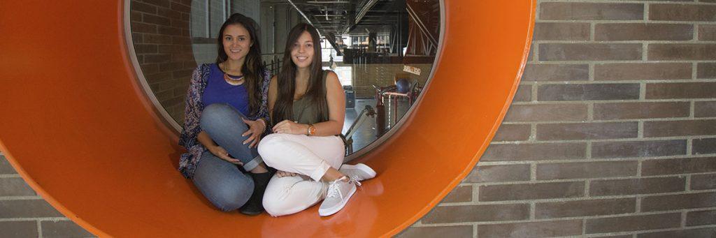 Foto de estudiantes sonrientes en las instalaciones de la Universidad