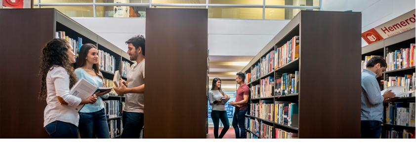 Fotografía de estudiantes en la biblioteca disfrutando los beneficios entre la Universidad CEs y Consorcio Colombia