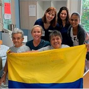Fotografía de médicos, enfermeras y pacientes en la misión