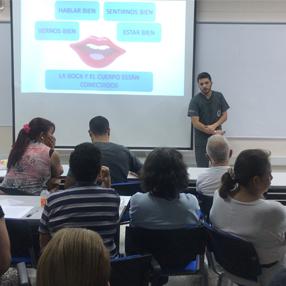 Fotos de un estudiante de Odontología, dando las charlas sobre salud bucal