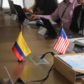 Fotografia de banderas de Colombia y Estados Unidos
