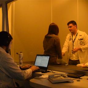 Foto de estudiante de medicina atendiendo paciente en el CEC