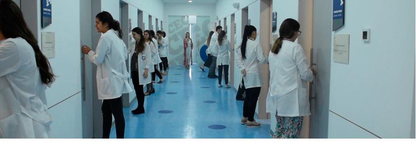 Foto de estudiantes de medicina entrando a los consultorios del CEC