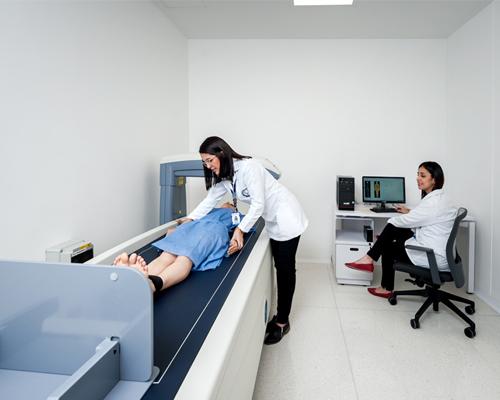 Estudiantes realizando análisis antropométrico a paciente, dentro del laboratorio de antropometría y nutrición