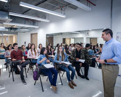 estudiantes recibiendo clase en el laboratorio de alimentación y nutrición