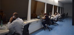 Foto de estudiantes y docentes en los consultorios del centro de entrenamiento en competencias CEC