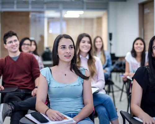 Estudientes recibiendo clase en el laboratorio de alimentación y nutrición
