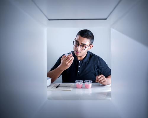 Foto de usuario en pruebas de alimentos en el laboratorio de evaluación sensorial