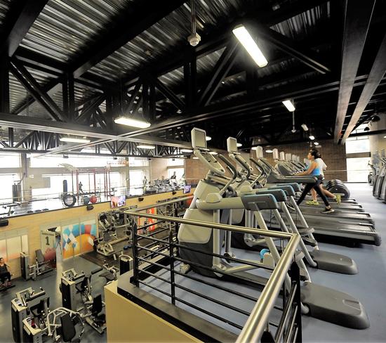 Fotografía de las instalaciones del gimnasio donde hay máquinas trotadoras, entre otros elementos.