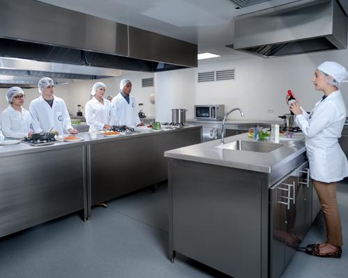 Docente impartiendo clase en el laboratorio de alimentos y gastronomía