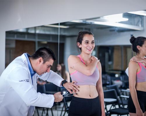 docente realizando medición a paciente en el laboratorio de antropometría y nutrición