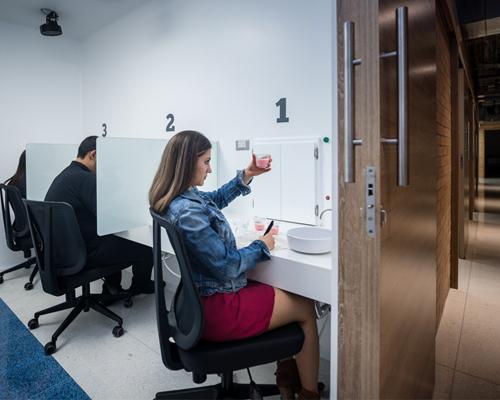 Usuarios realizando degustación de alimentos en el laboratorio de evaluación sensorial