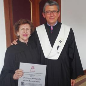 Fotografía de la doctora Yolando Torres con su reconocimiento en la Universidad del Rosario