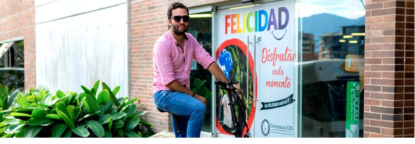 Fotografía de un usuario utilizando una bicicleta