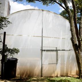 Fotografía de la puerta del invernadero de la Universidad CES