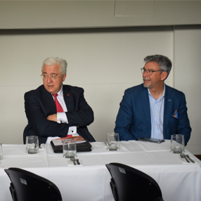 fotografía del rector de la Universidad CES y el director de la iniciativa EFR