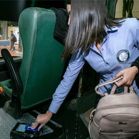 Persona registrando el carné en el bus