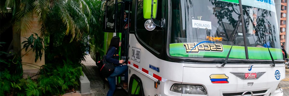 Persona subiéndose al bus de la Universidad CES