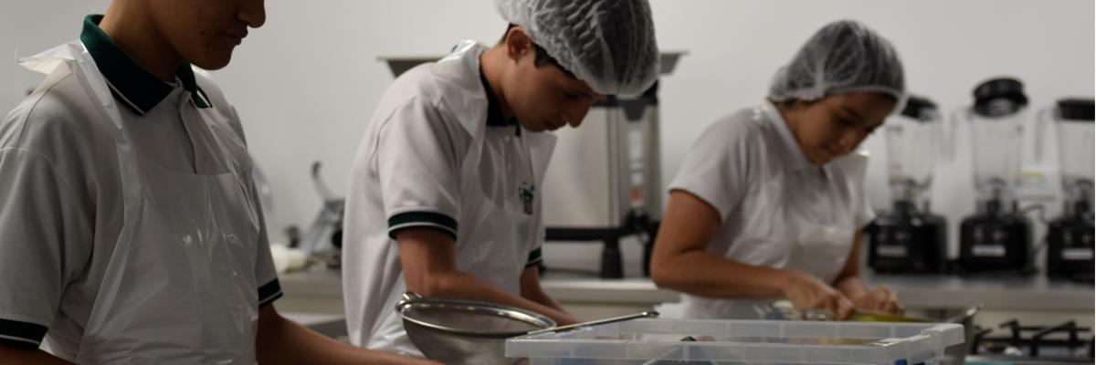 Tres estudiantes de la I.E Villa del Socorro cocinando