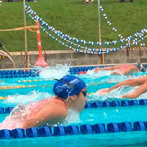 Foto del equipo de natación de la Universidad