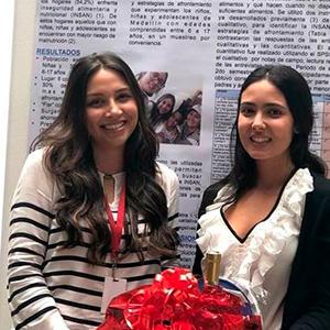 Foto de Sara Valderrama y Valentina Latorre, estudiantes de Medicina de la Universidad CES, quienes nos representaron en Taiwán