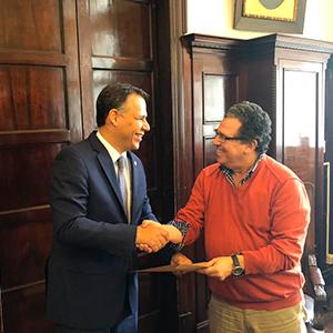Foto del Dr Mauricio Vasco en el recinicimiento como docente calificado de la Universidad de Uruguay