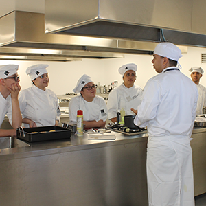 Photograph of students taking class in food and nutritional gastronomy laboratory