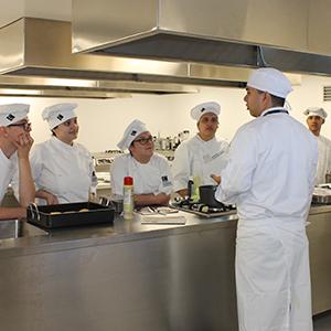 Fotografía de estudiantes tomando clase en el laboratorio de alimentos y gastronomía nutricional