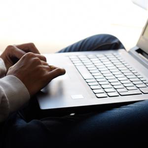 Persona usando computador portatil