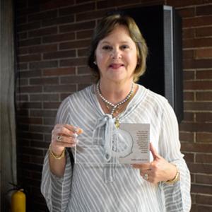 Dra. Clara Inés Sánchez Franco con el galardón