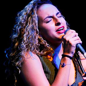 Fotografía de la vocalista del grupo de jazz de la Universidad CES