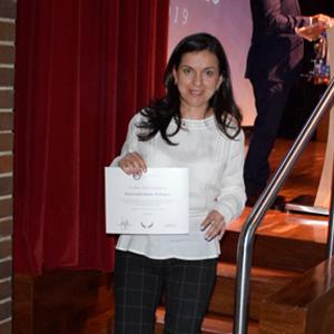 Dra. Diana Isabel con el reconocimiento de tesis laureada